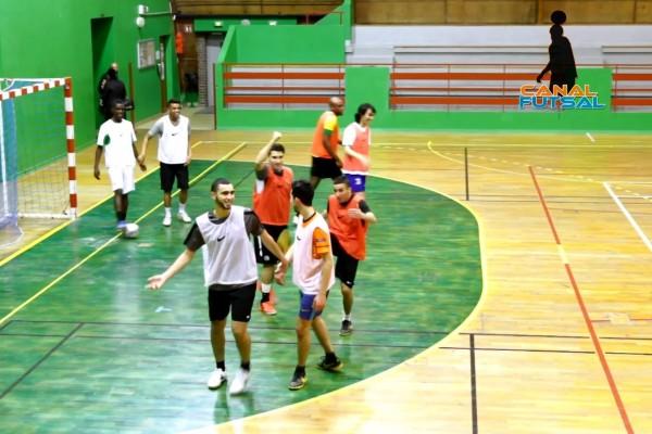 match de futsal par 2 main dans la main. par johann legeay et canalfutsal.com